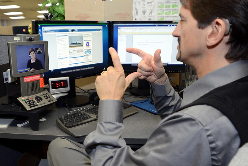 Opérateur de centre-relais téléphonique.