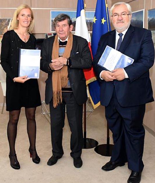 Jean-Pierre Azéma entouré de Ségolène Neuville, secrétaire d'Etat aux personnes handicapées, et Jean-Marc Todeschini, chargé de la Mémoire