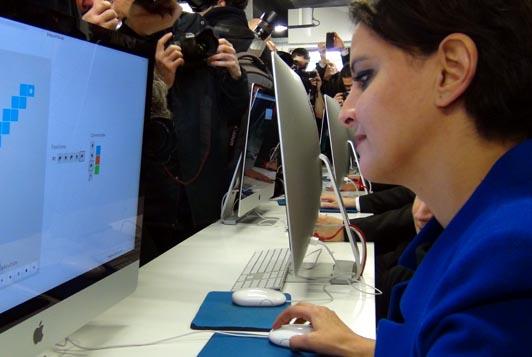 Paris, Ecole 42, salle de cours, Najat Vallaud-Belkacem. devant un ordinateur