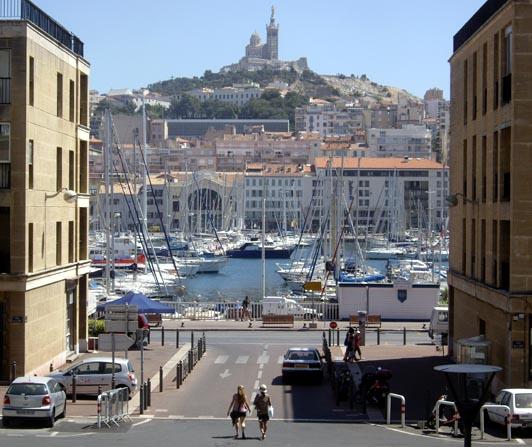 Marseille, Notre-Dame de la Garde depuis rue Caisserie.
