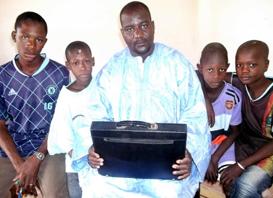 Bakary Abdoulaye Tandia, Directeur de l'école des sourds du Guidimakha, entouré de quelques élèves
