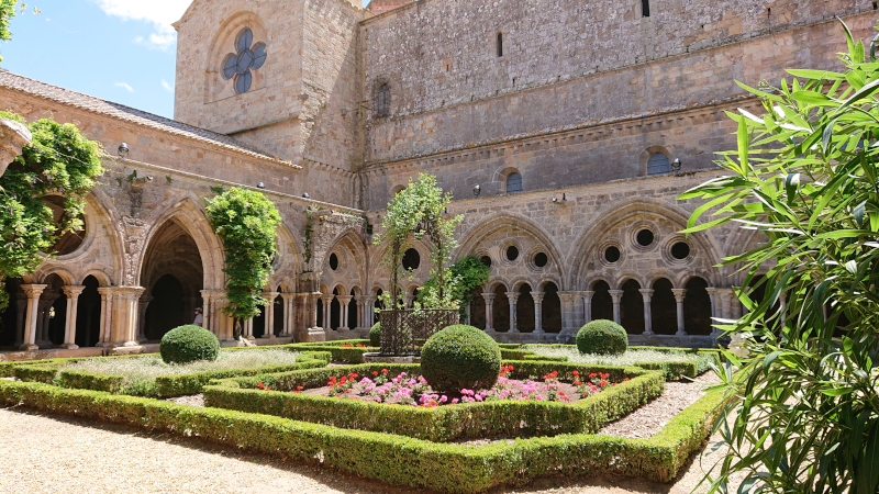 Cloître de l'abbaye de Fonfroide