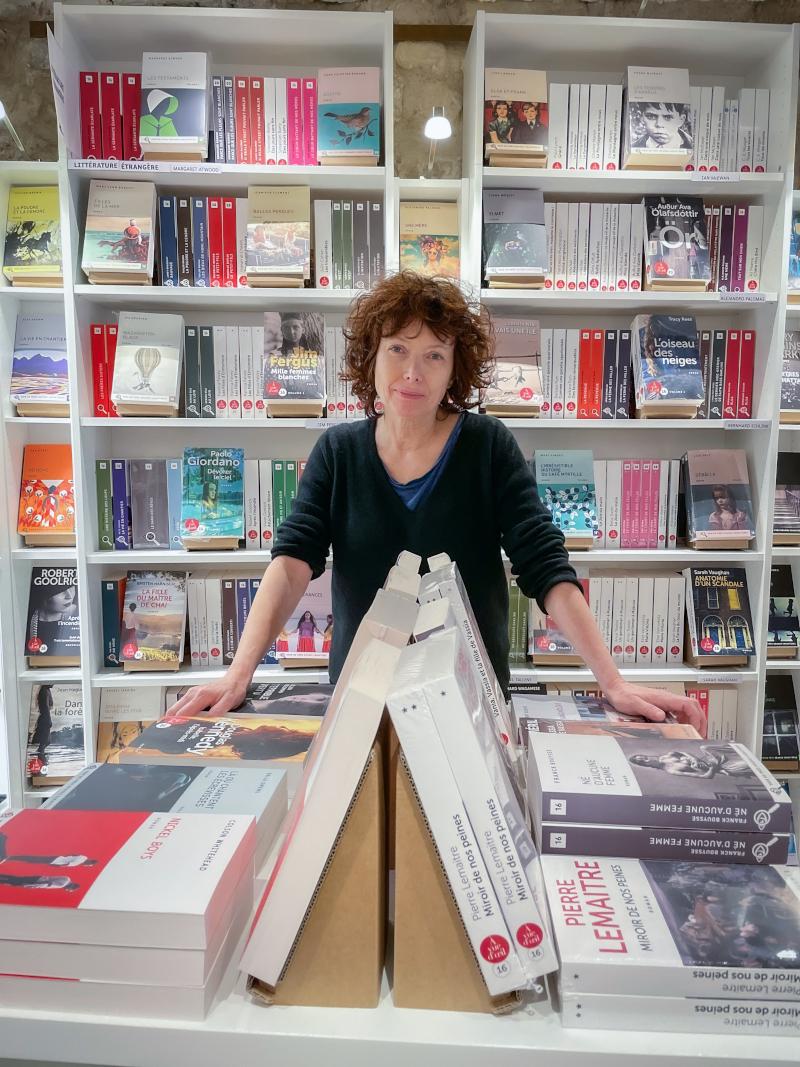 Agnès Binsztok au milieu des livres ©MariaZaytseva