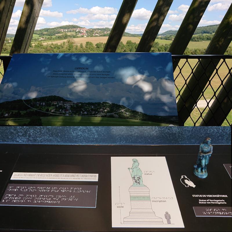 Alésia depuis le Muséoparc et version tactile de la statue de Vercingétorix