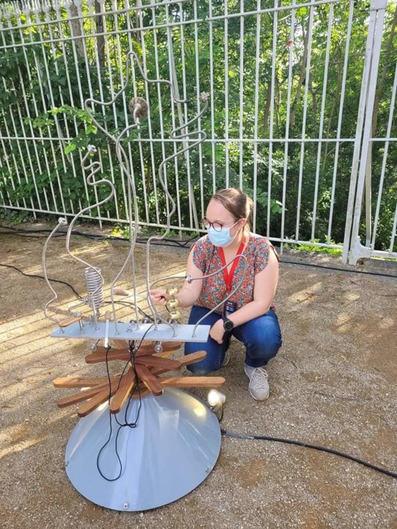 Alyss Damour joue de la sculpture sonore de la compagnie Philémoi