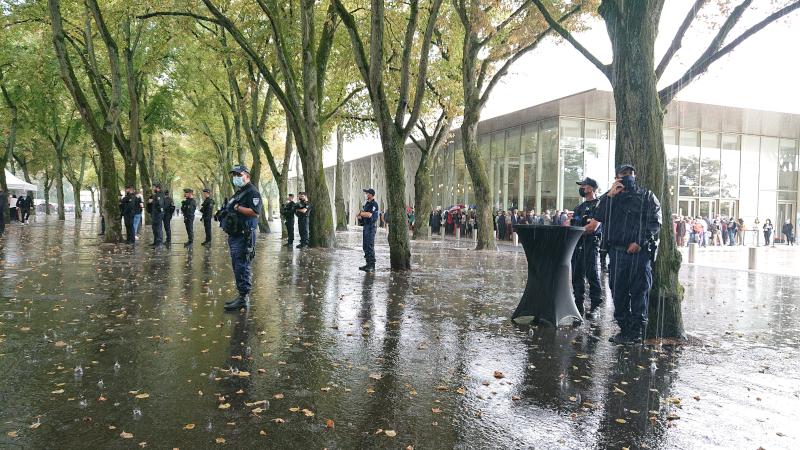 Autant de policiers et gendarmes armés que de manifestants pour l'inauguration de la Maison de la Culture de Bourges