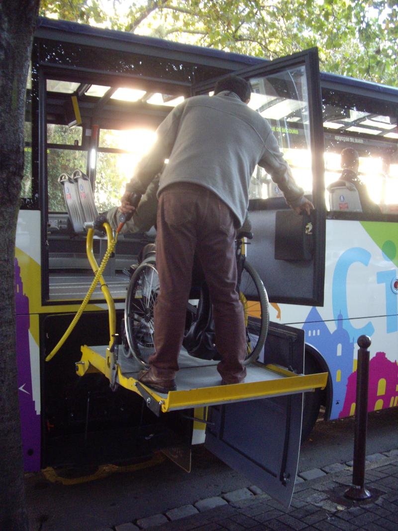 Autocar du City-Tour de Lille, accès par  élévateur