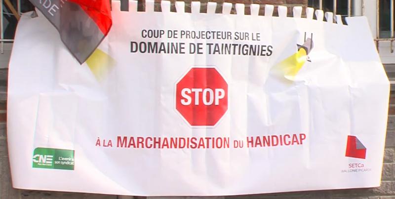 Banderole devant le Domaine de Taintignies de salariés en lutte
