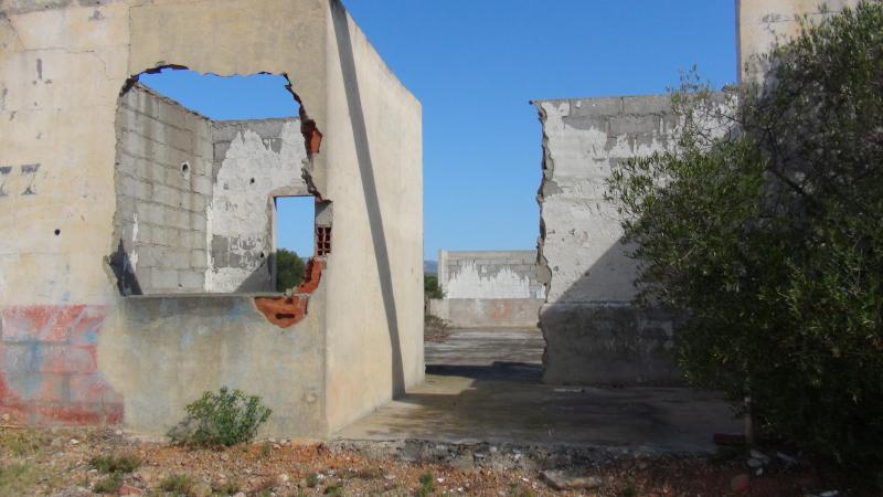 Baraquements en ruines du camp de Rivesaltes