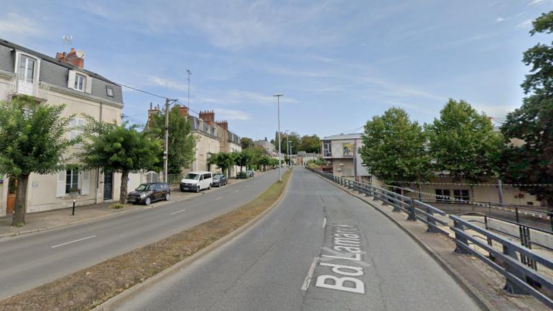 Boulevard Lamarck, à Bourges, sans trottoir piéton à droite ©Google
