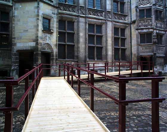 Rampe d'accès temporaire installée en octobre 2003 au Palais Jacques Coeur de Bourges.