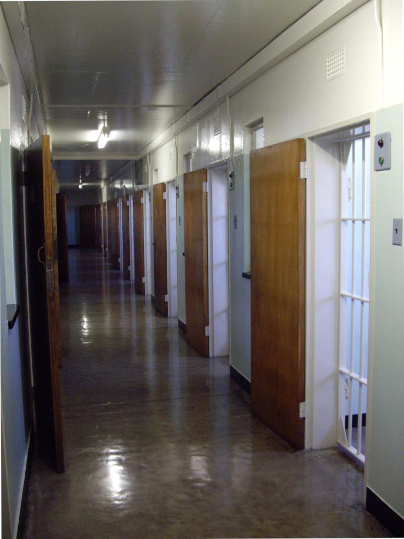 Couloir de la prison où fut enfermé Nelson Mandela, au Cap en Afrique du Sud