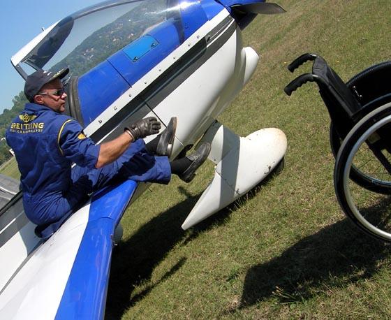 Guillaume Féral, pilote paraplégique, monte à bord de son appareil