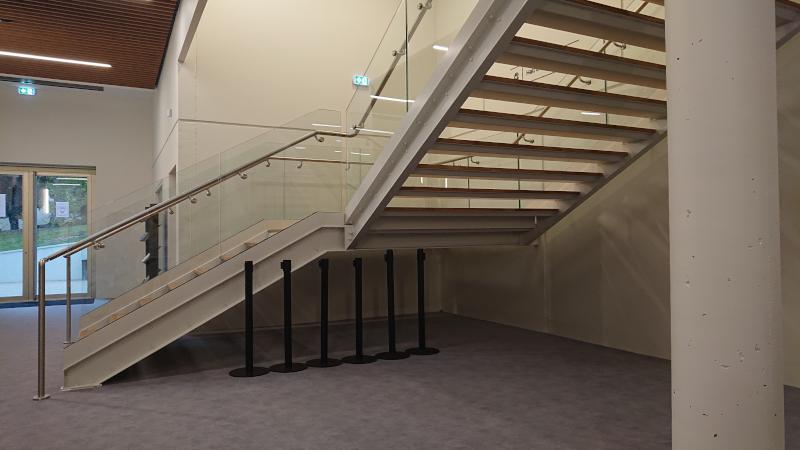 Espace sous escalier non protégé et mains-courantes non doublées à la Maison de la Culture de Bourges