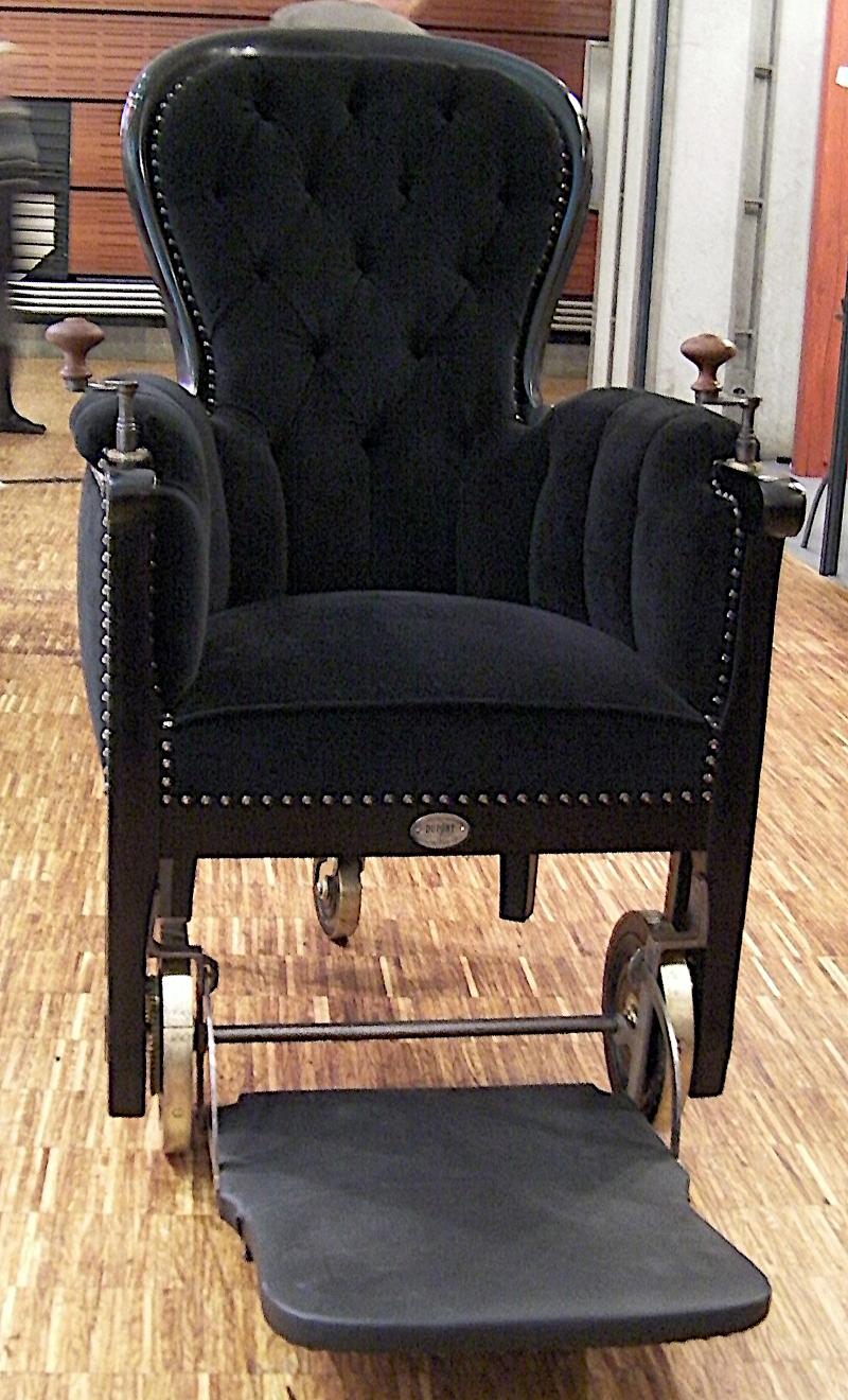 Fauteuil roulant à manivelles du XIXe siècle