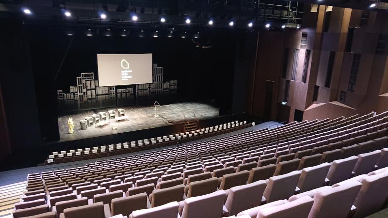 Grande salle de la Maison de la Culture de Bourges depuis les palces fauteuil roulant du haut