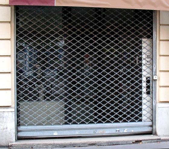Siège social vide, grille baissée, de la société C2P dans le 17e arrondissement de Paris.
