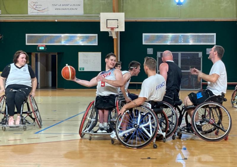 Hugo Barbe et les joueurs de la JDA Dijon à l'entraînement