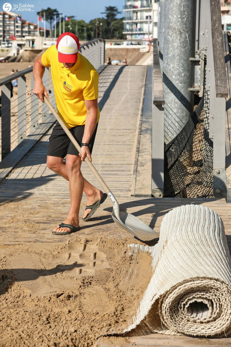 Installation du tapis de plage ©Ville des Sables-d'Olonne