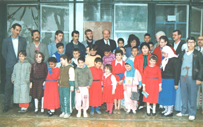 L'ancien ministre Kasdi Merbah avec des enfants de l'EJA et leurs parents