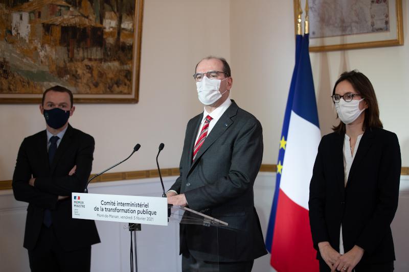 Le Premier ministre Jean Castex, accompagné des ministres chargés de la fonction publique Amélie de Montchalin et Olivier Dussopt