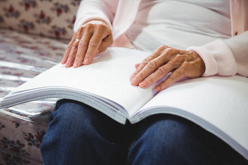 Lecture d'un livre en braille ©AdobeStock_114051134