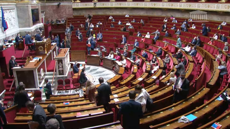 Les députés quittent l'hémicycle de l'Assemblée Nationale en signe de protestation