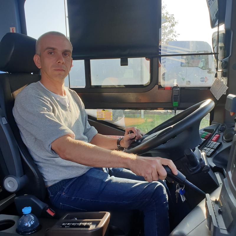 Mickaël Guérin au volant d'un autocar adapté