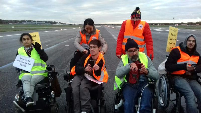 Occupation d'une piste du tarmac de l'aéroport de Toulouse-Blagnac par des activistes en fauteuil roulant