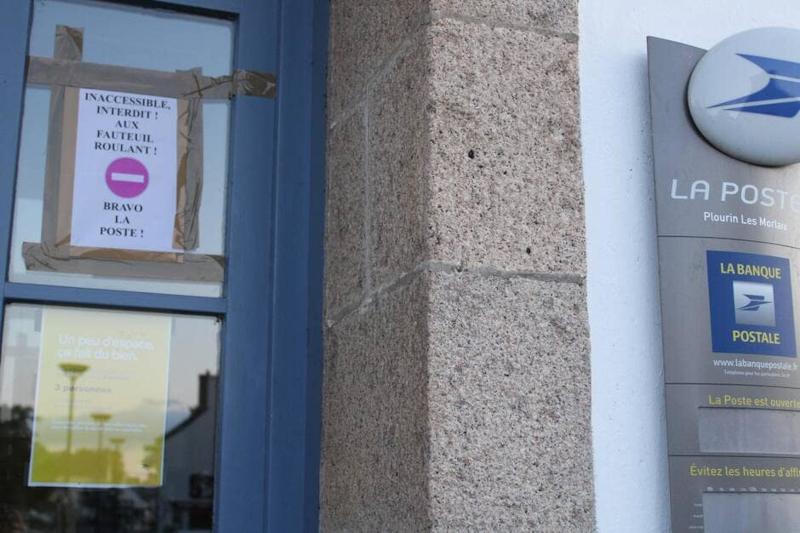 Panneau Sens interdit affiché sur la porte du bureau de poste par Armel Gueguen