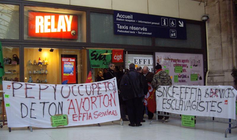 Piquet de grève du service d'assistance aux voyageures handicapés, Paris gare de Lyon en mars 2009 ©Yanous.com
