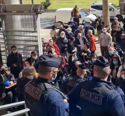 Policiers bloquant l'entrée du palais de justice de Toulouse