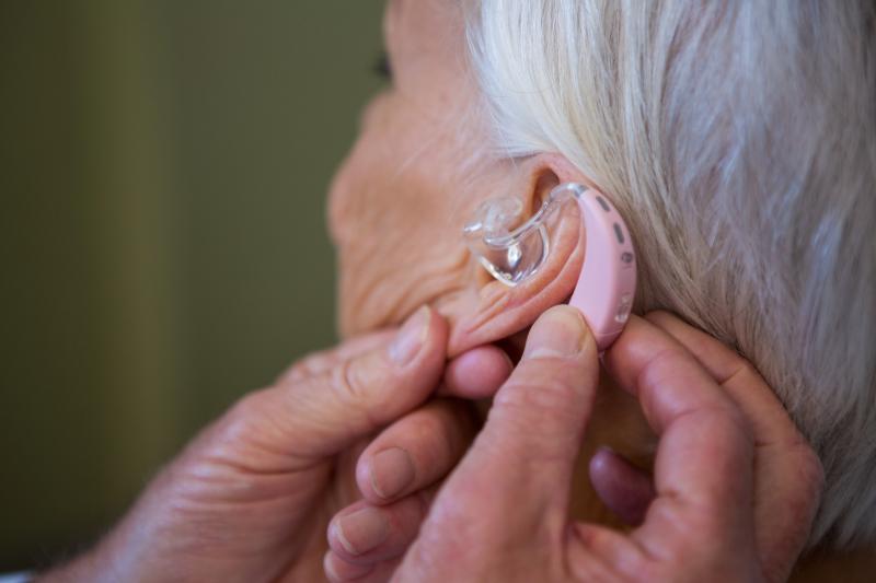 Pose d'une prothèse auditive ©AdobeStock_141833654