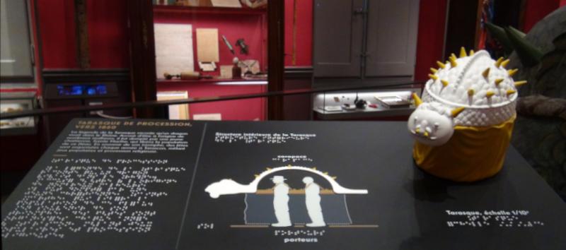 Pupitre tactile de la Tarasque au musée Arlaten d'Arles