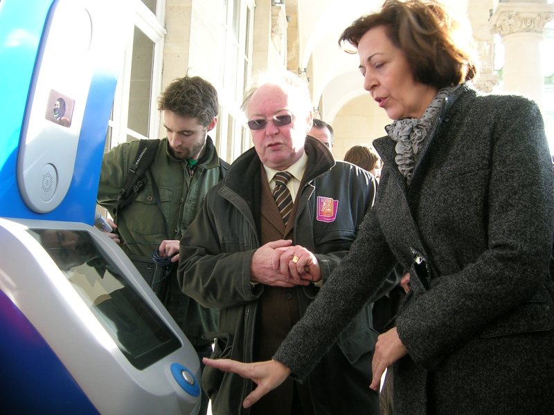 Quand la présidente de la SNCF testait en janvier 2008 une borne d'appel d'assistance en gare