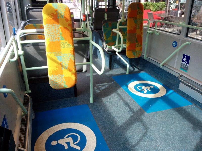 deux emplacements fauteuil roulant dans un bus RATP