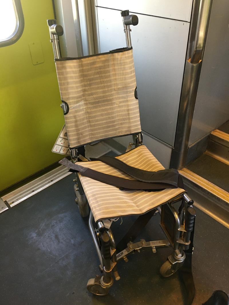 Chaise roulante de bord assurant l'accès à des WC étroits