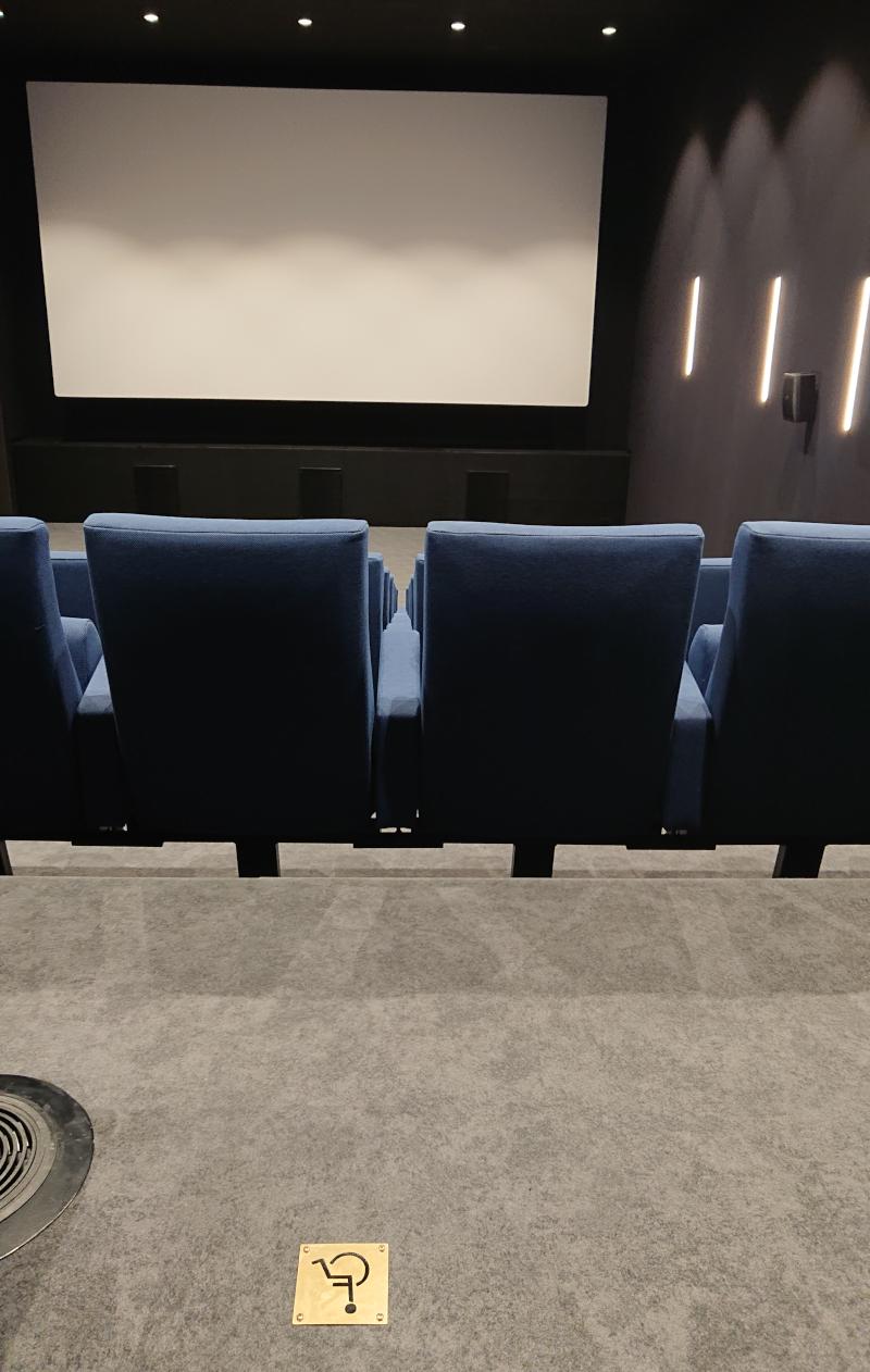 Salle de cinéma Agnès Varda de la Maison de la Culture de Bourges depuis les places fauteuil roulant