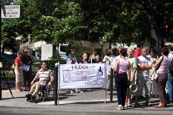Elèves et parents manifestent devant le Conseil Régional d'Ile-de-France le 17 juin 2004.