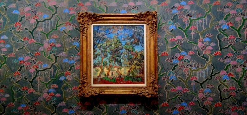 Tableau Hôpital à Saint-Rémy (Vincent van Gogh) sur un papier-peint de Laura Owens à la fondation Van Gogh d'Arles ©Yanous.com