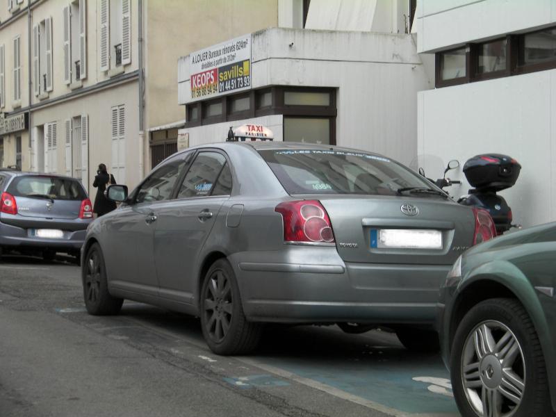 Taxi stationné sur une place réservée ©Yanous.com