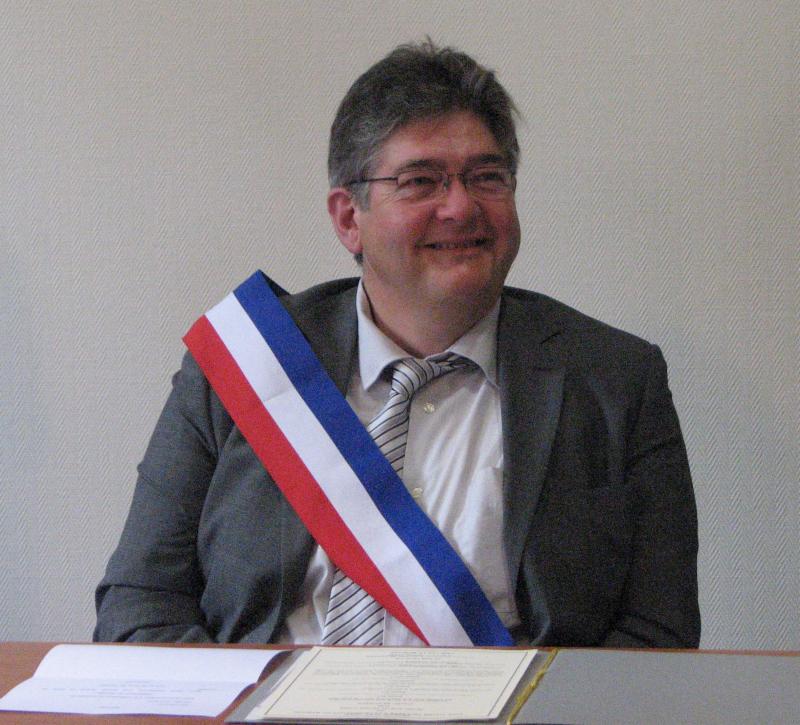 Thierry De Koninck avec son écharpe de maire