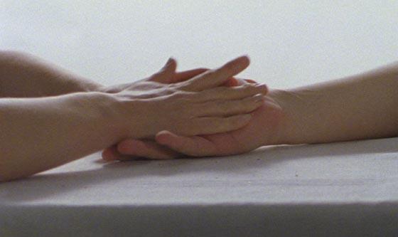 Deux mains qui se rejoignent, extraites de 'Touchée', documentaire de Laetitia Mikles.
