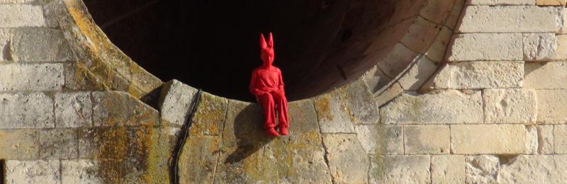 Un enfant rouge à bonnet d'âne placé conçu par James Colomina, mais où se trouve-t-il ? ©Yanous.com